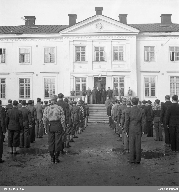 Norska flyktingar uppställda utanför ett slott i Sörmland.
