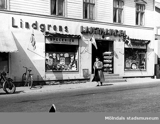 Lindgrens Lanthandel på Gamla Riksvägen 42 i Kållered, 1940-tal. Byggnaden finns kvar än i dag.