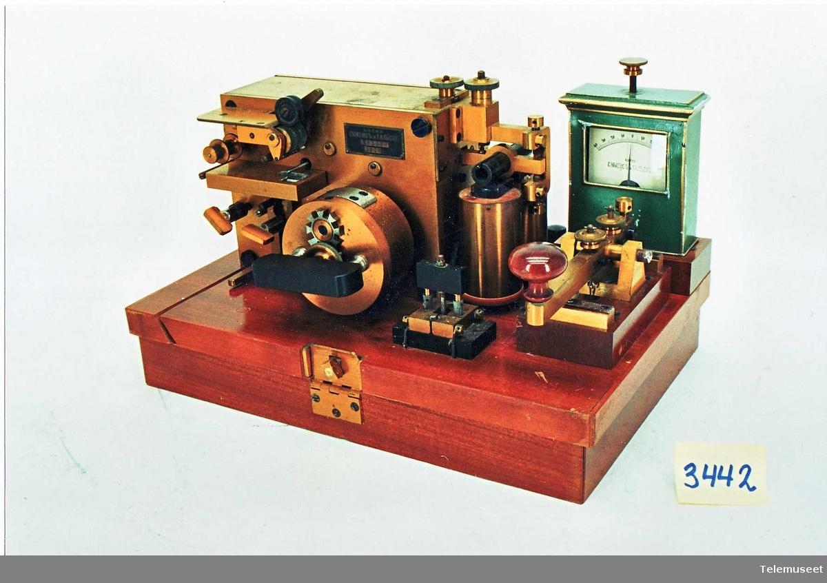 Mottaker m/ blekkskriver, nøkkel ,galvanometer og lynavleder.  Brukssted:Innkjøpt av televerket for utprøving.  Plassert i trekasse.  Mangler anordning for feste av papirhjul, kassen mangler ett bærehåndtak