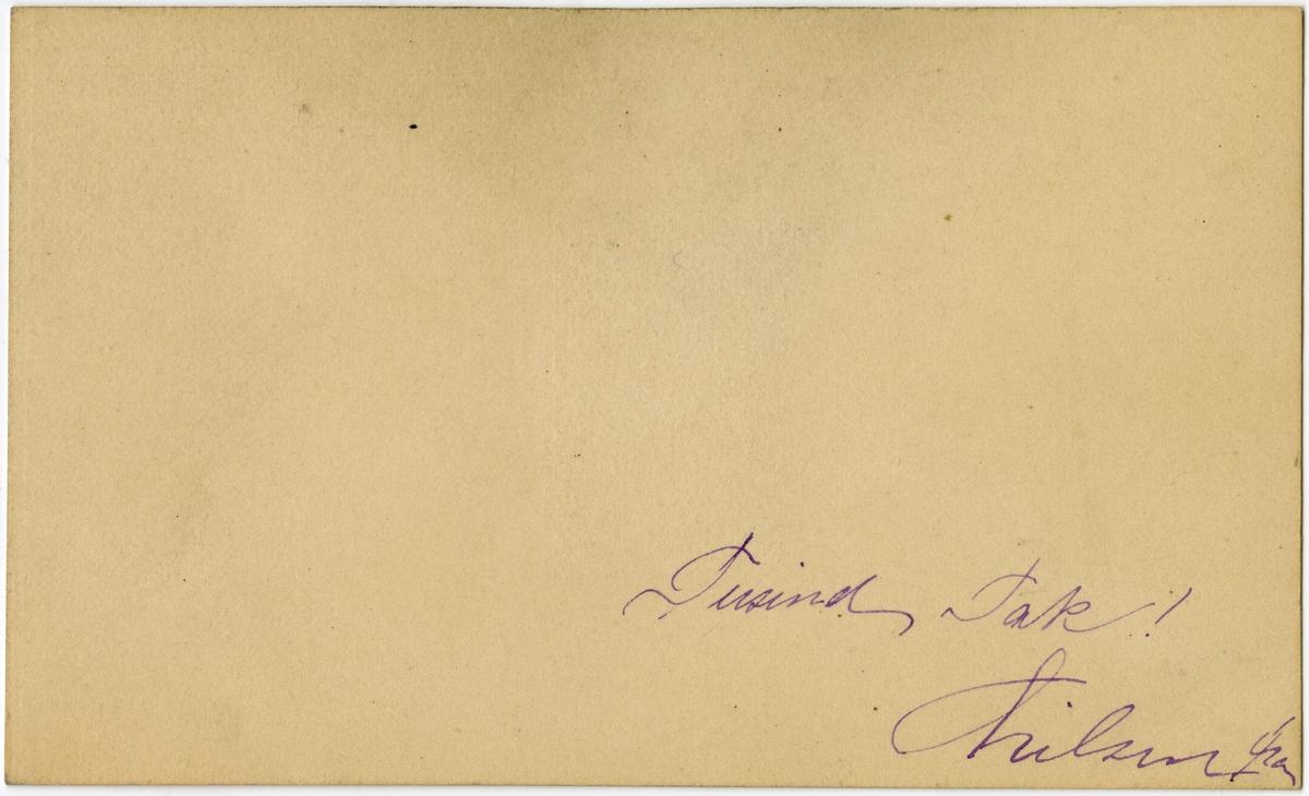 """Visittkort med portrett av Hilma Bing. På baksiden står det skrevet """"Tusind Tak! Hilsen fra"""".  Kortet ligger i en konvolutt med påskriften """"Hr Albert Larsen i Christiania"""" og """"Mai 1880"""" på forsiden. Vedlagt ligger også et bilde av en bygning fra Wien. På baksiden står det skrevet """"Mottaget i  München 10/2 88"""". Fra gjørtlerfirmaet C. P. Larsens arkiv."""