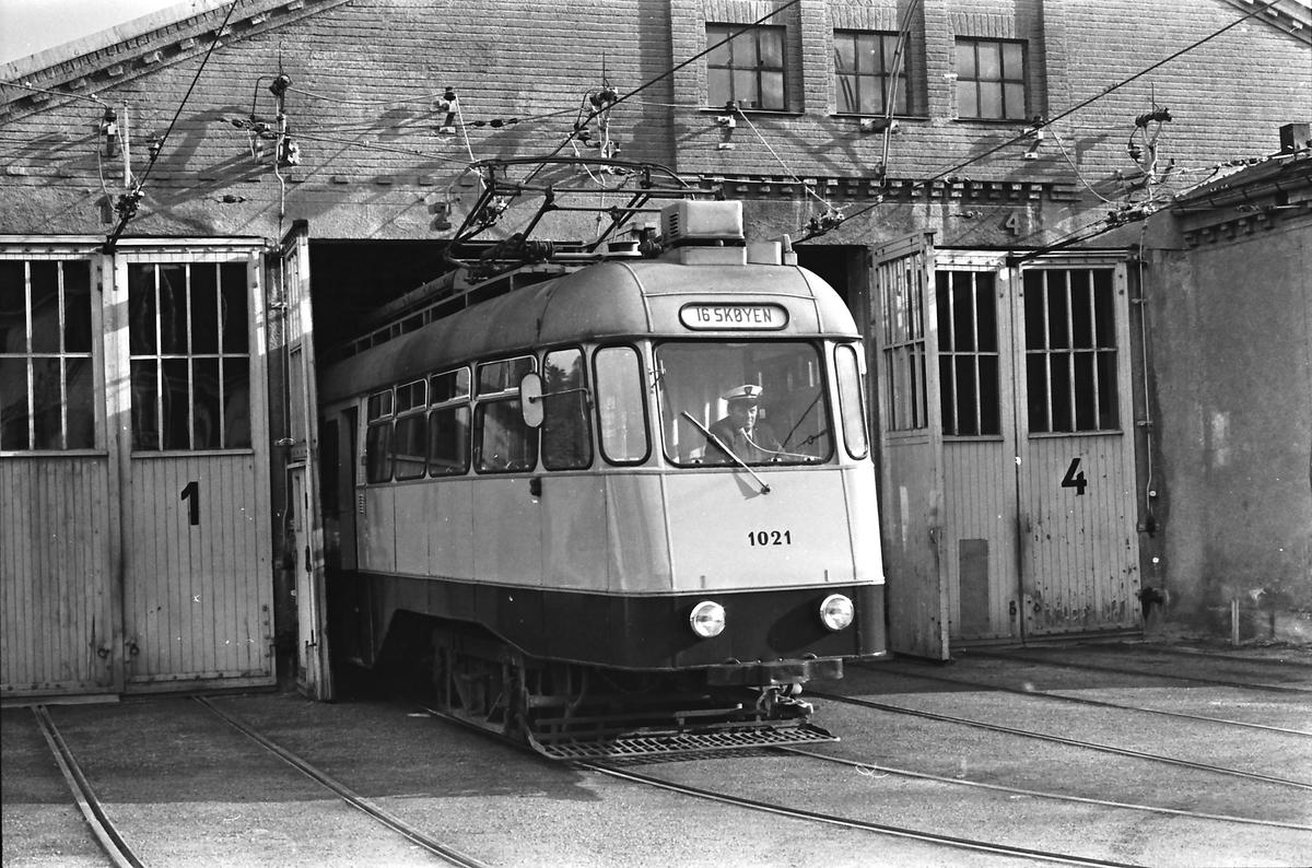 Ekebergbanen, Oslo Sporveier. Holtet vognhall. Vogn 1021 kjøres ut.