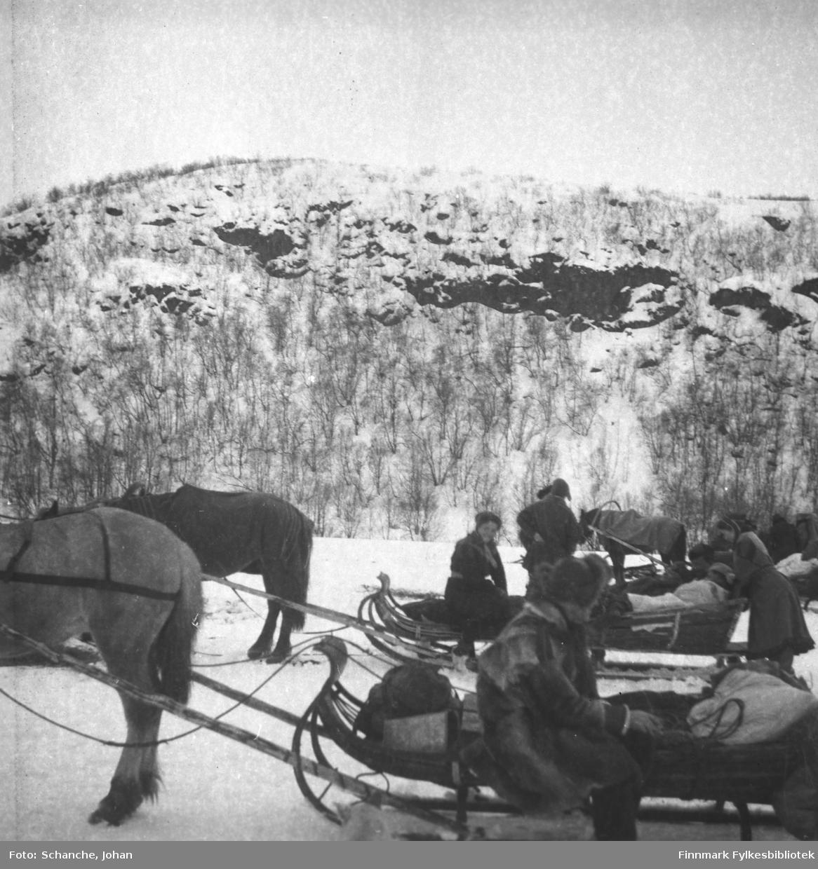 Samiske menn og kvinner ved Polmak kirke i påsken 1946.  Tre hester med sleder ved kirken. Selve kirken vises ikke på bildet.