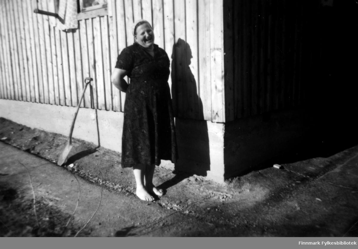 Hilma Ananin fotografert i Kaamanen 1954. Gift med Elias (Ilja) Ananeinpoika Ananin (født 18.06.1891) i Viipuri, Finland.  (Hilma Helena Taavetintytär Ananin (Myyryläinen) født 9.mars 1888 i Tikkala, Viipurin maalaiskunta, Finland. Død 27.mai 1976 i Helsinki, Finland.)