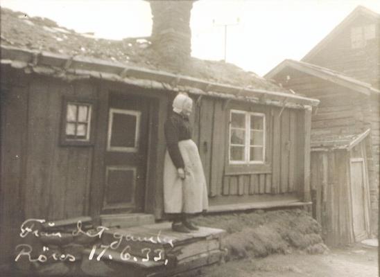 Tyri Myren på trappa utenfor Tyristuggu i 1933.