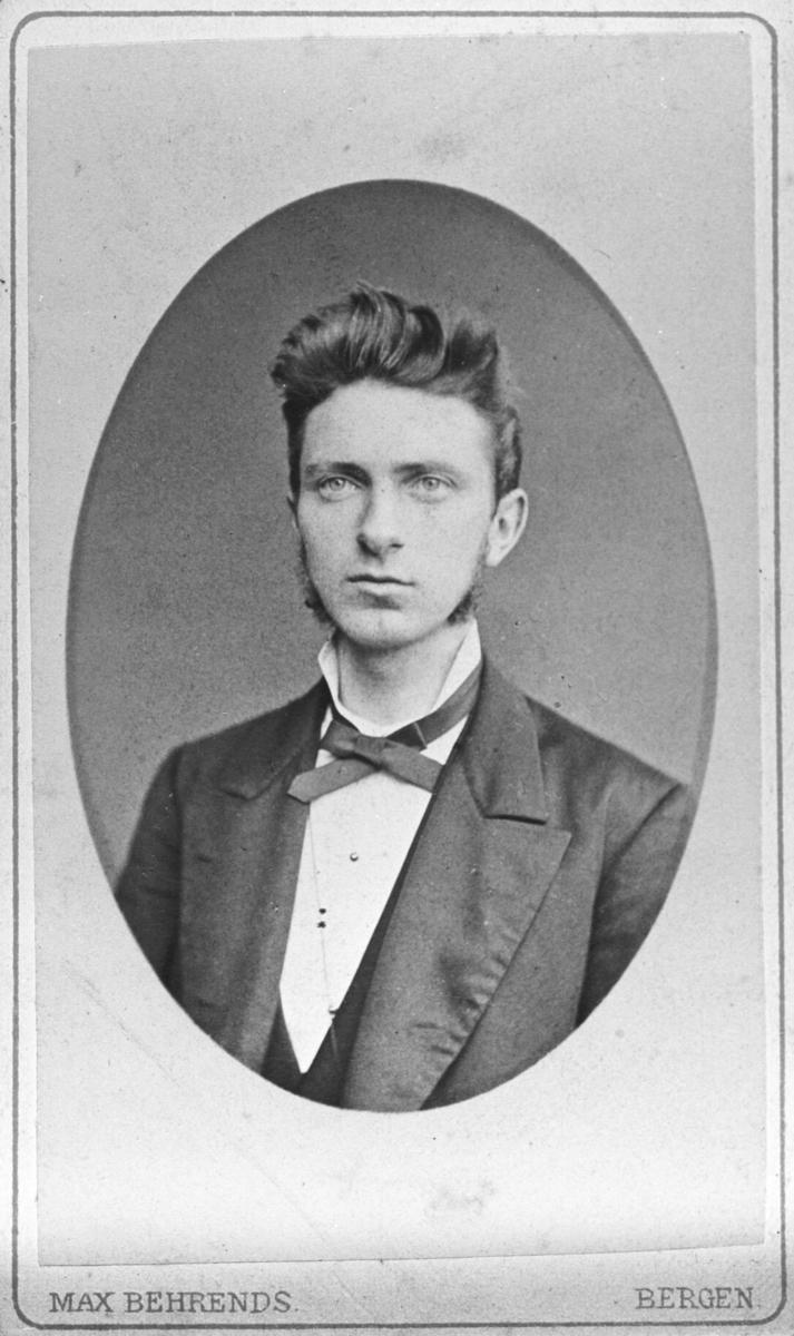 Et visitkortportrett av en eng mann. Mannen er ukjent. Bildet er en halvkropsportrett kopiert i ovalform