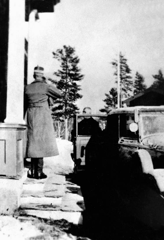 Kong Haakon utenfor Elverum folkehøgskole