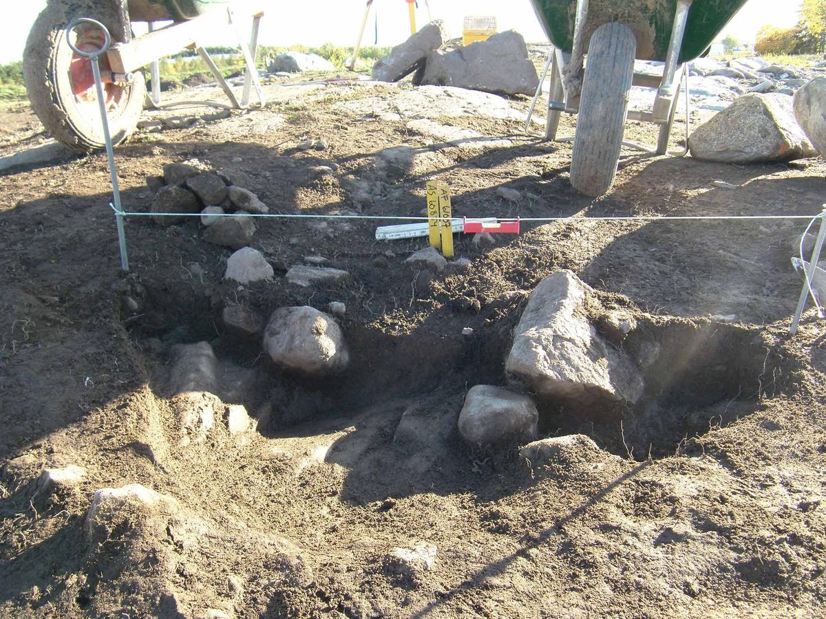 Arkeologisk slutundersökning, stolphål A60874 med stenskoning, Berget, Gamla Uppsala, Uppsala 2008