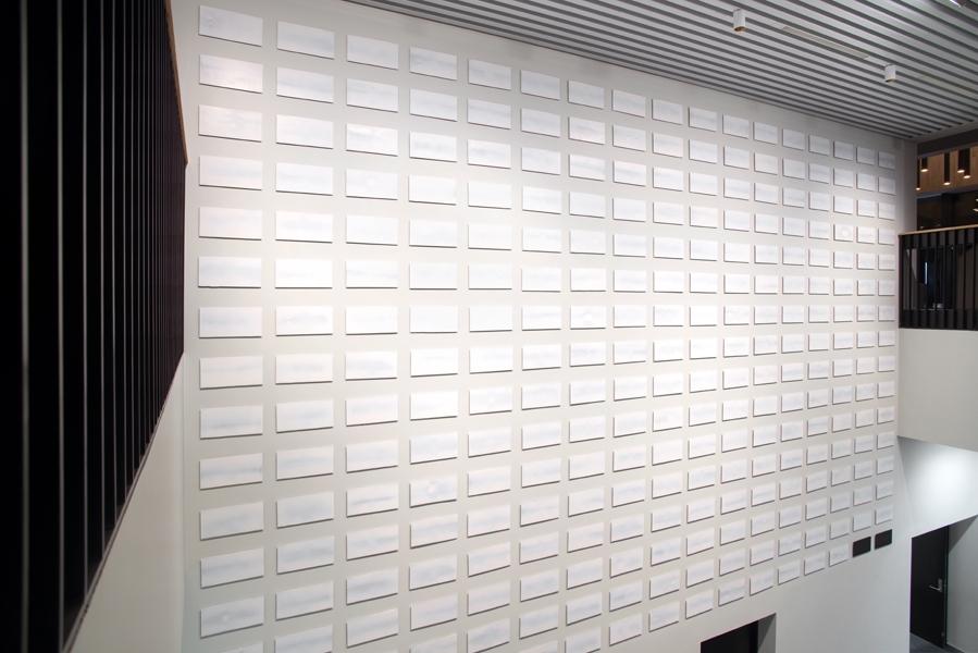 """Det er montert 272 malerier på veggen. Motiva får tankane til både det nordnorske landskapsmåleriet og den modernistiske tradisjonen. Med nokre få unntak er måleria haldne i ein dus palett som gir inntrykk av at lyset kjem innanfrå. Ein stein på 19 tonn, opphavleg funnen i fjæra, er plassert under bileta. Verket set i scene eit stille landskap med open himmel.  Alle dei fire delane av Dolven sitt prosjekt """"jeg fant jeg fant – alt er ikke som du tror det er ser du"""" spelar på det som er funne: funne stemmer, funne lys, funne stein, funne fotografi og funne historier. Objekta er lokalt forankra og har ei poetisk og undersøkande tilnærming til korleis vi stiller oss til fortida, forfedrane våre, kultur, lys og natur."""