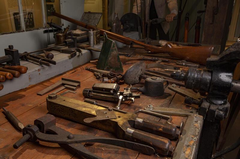 Arbeidsbenk med verktøy i industrihistorisk utstilling (Foto/Photo)