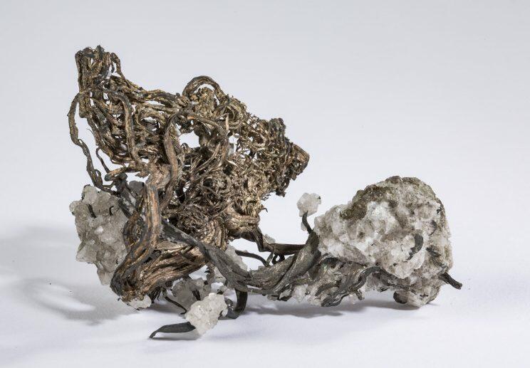 Trådsølvstuff med kalkspat, funnet i Samuel gruve 1914 og utstilt ved Jubileumsutstillingen på Frogner samme år. Vekt 50 gram. (Foto/Photo)