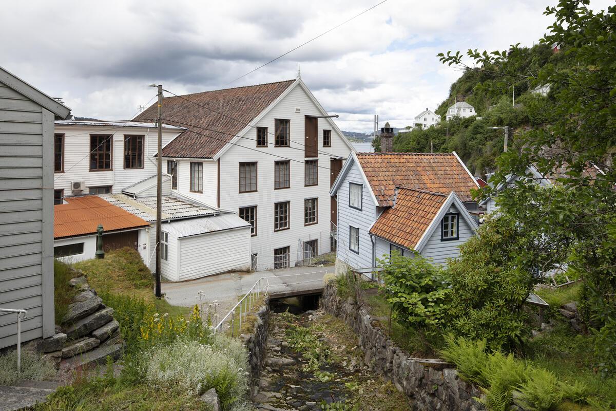 Bygda Salhus utanfor Bergen, med den tidlegare tekstilfabrikken Salhus Tricotagefabrik og arbeidarbustadar.. (Foto/Photo)