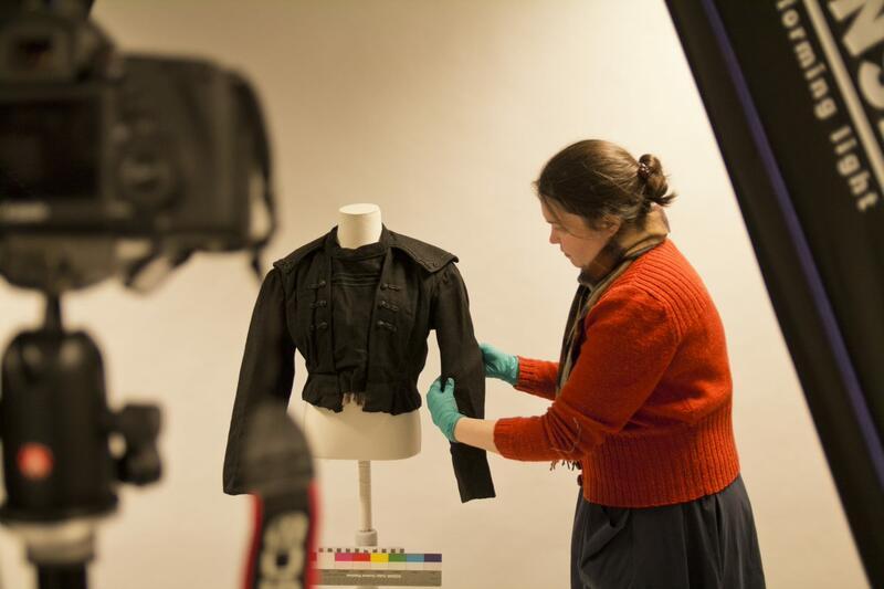 Ein konservator monterer eit kjoleliv for fotografering (Foto/Photo)
