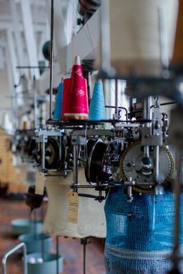 Rad med eldre rundstrikkemaskiner. Foto/Photo
