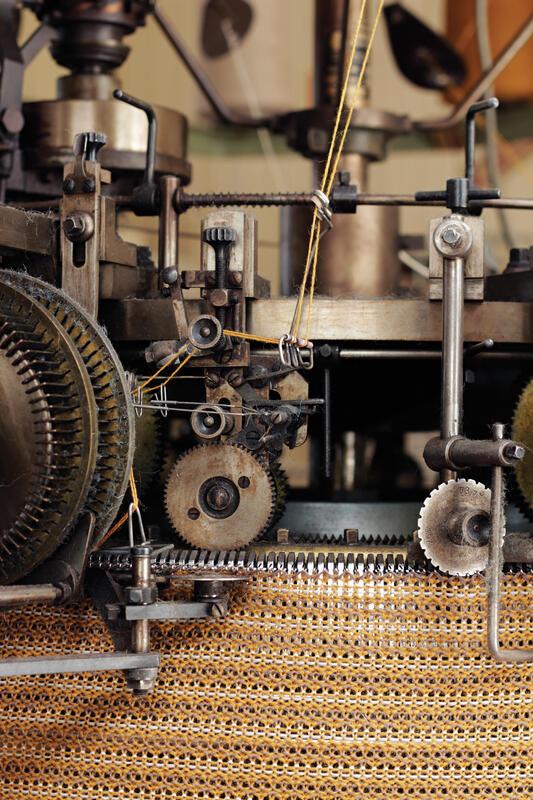 detaljar i strikkemaskin med gult stoff (Foto/Photo)