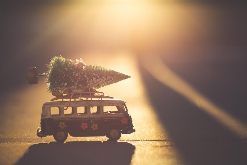 Bildet viser en lekebil med et juletre på (Foto/Photo)