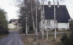 Funksjonærboliger ved Hakkelberg ved Vinorenveien, bygd av det tyskeide A/S Trollerud Sølvverk 1911–1912. Det nærmeste huset har brent ned etter at bildet ble tatt i 1992. (Foto/Photo)