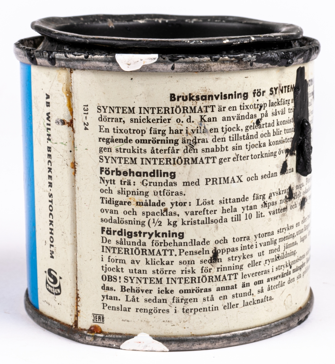 En plåtburk med målarfärg från Beckers. System interiörmatt, svart kulör.