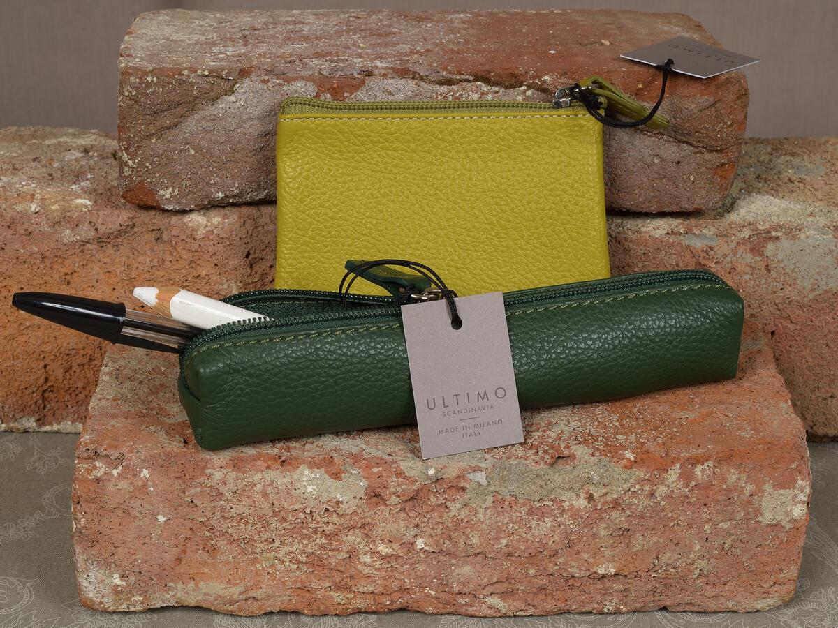 Nydelige italienske skinnprodukter fra Ultimo design i deilige farger. Lite penal  (19 cm)  kr. 250,- Pung (12x8 cm) kr. 250,- (Foto/Photo)