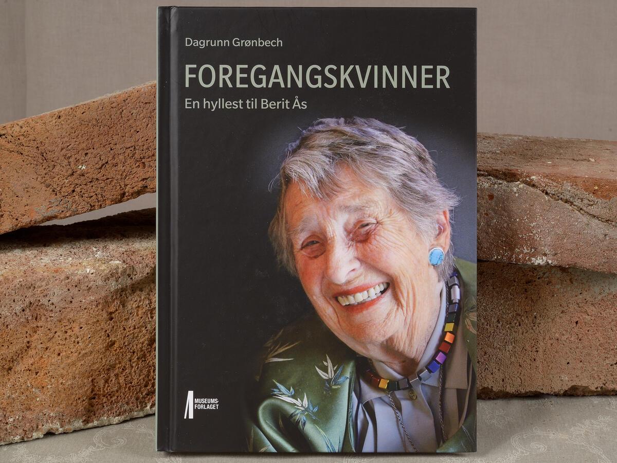 Om livet til fantastiske Berit Ås. Vi har også noen signerte utgaver. Foregangskvinner kr. 200,- (Foto/Photo)