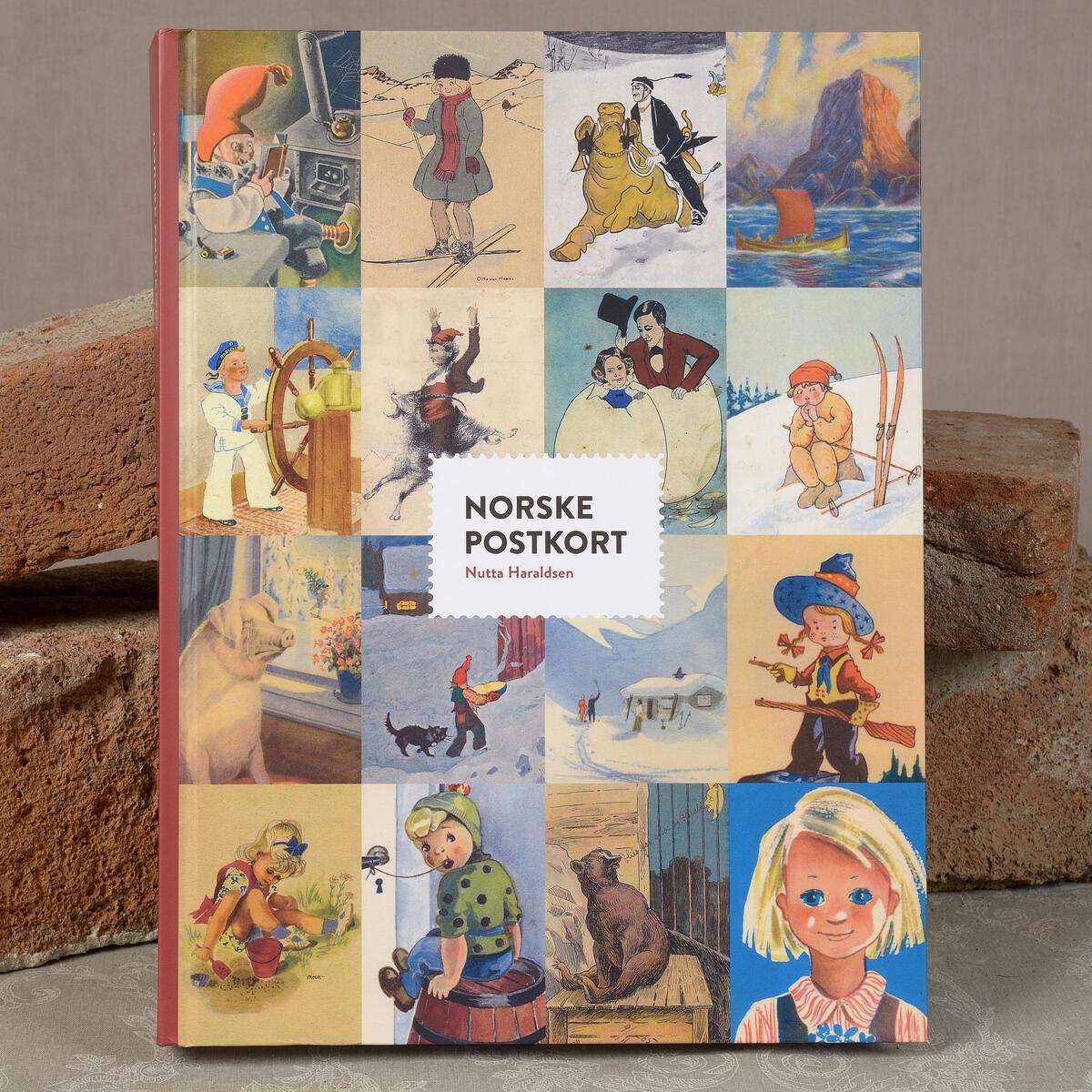 Norske postkort. Den er på 400 sider og inneholder små biografier av 385 tegnere, 130 utgivere og 1040 postkort. Kr. 498,- (Foto/Photo)