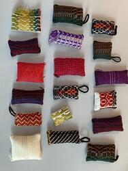 Nåleputer laga av lokalt vevde tekstilar. (Foto/Photo)