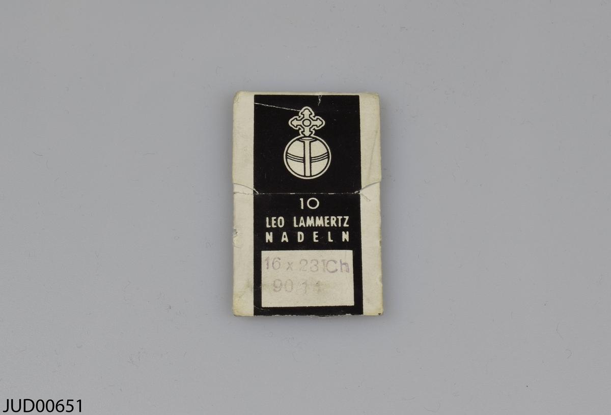 Sytillbehör. Två paket med nålar samt två kartor med krok och ögla. Tre av föremålen har vad som ser ut som en gammal museimärkning med blyerts, med prefixet BM.