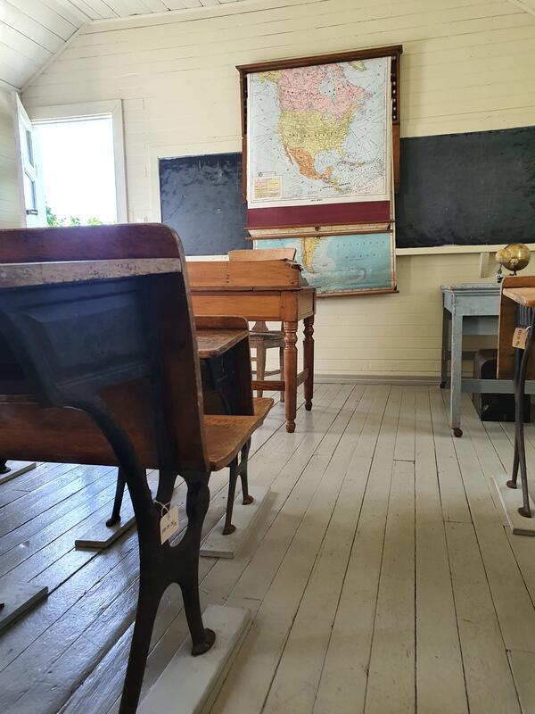 Inne i skolestuen på Sletta (Foto/Photo)