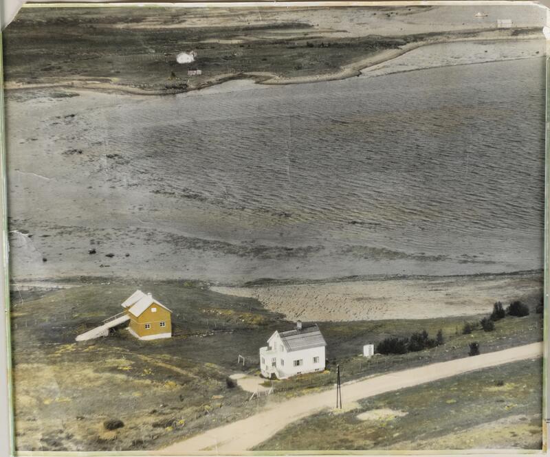 På flyfoto fra 1963 ses utedoen til høyre for bolighuset. (Foto/Photo)