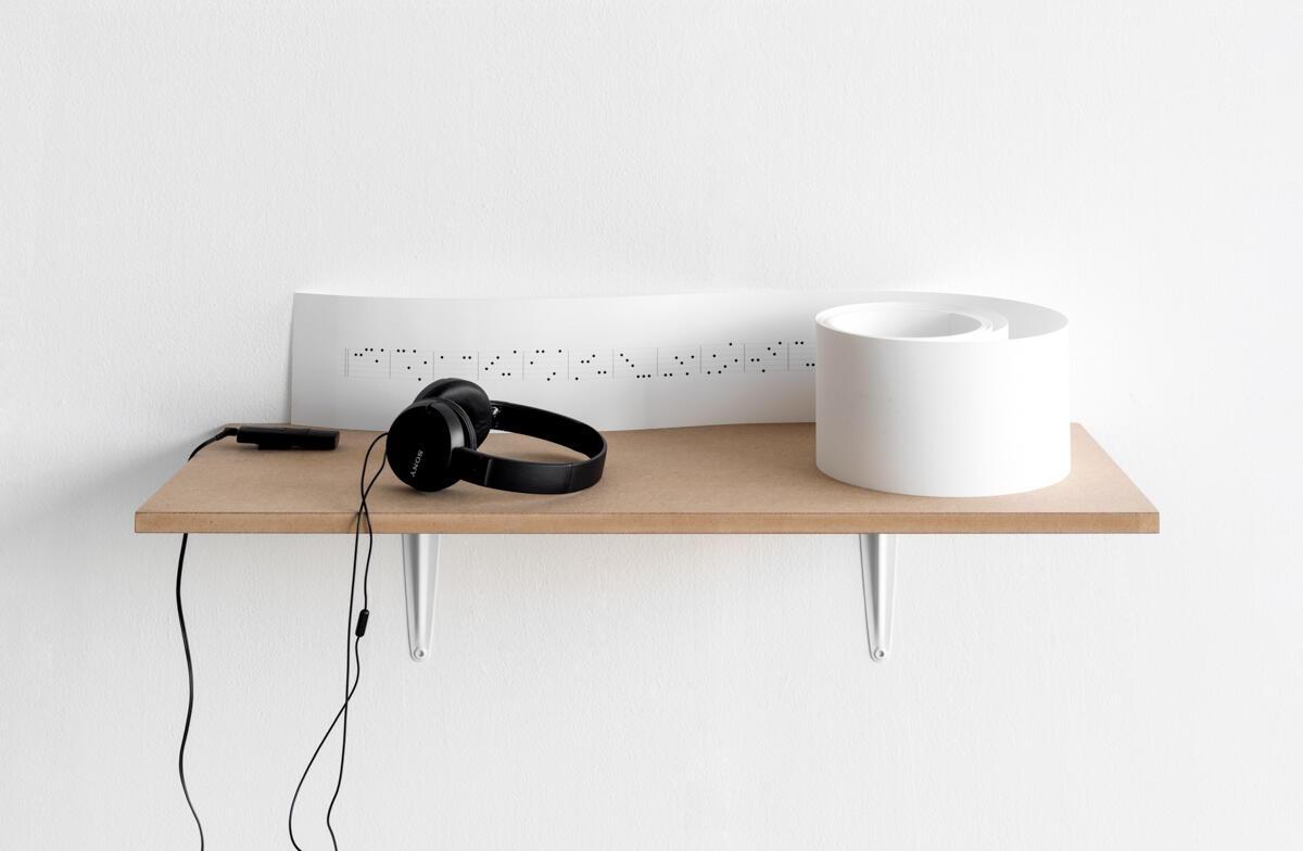 Annika Borg. Tittel: Aleotorisk stykke - OP.1 #9084 (for spilledåse) (2019).  Medium: tegning og lydverk - digital tegning på papir, digital lyd i hodetelefoner, Størrelse: 12x420 cm.   Lengde: 4:50 min. loop. (Foto/Photo)