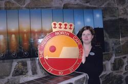 Nordkapphallen. En ansatt med logoen til The Royal North Cap