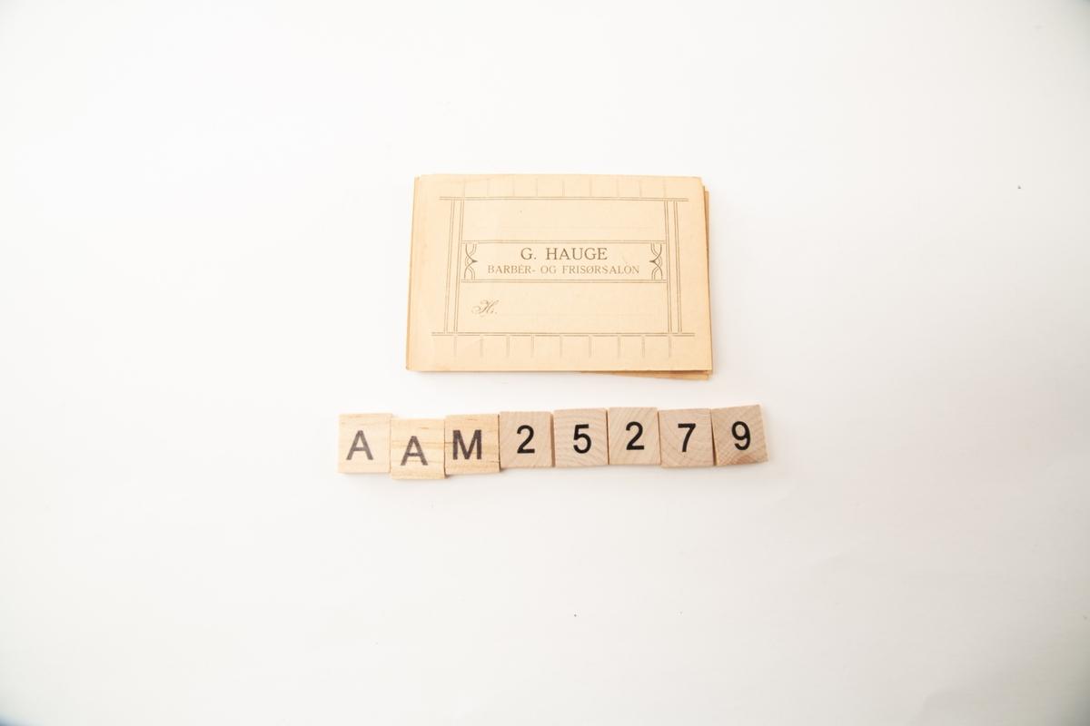 Form: Rektangulær, 10 trykte ruter langs hver langside.  Kortet er en type kredittkort for faste barberkunder. Kortet påføres kundens navn og har 10 små ruter på hver langside (i alt 40). I hver rute ble notert dato (+ beløp?). Når kortet (eller en side av kortet?) var det tid for å kreve inn pengene - med høflige antydninger overfor kunden.