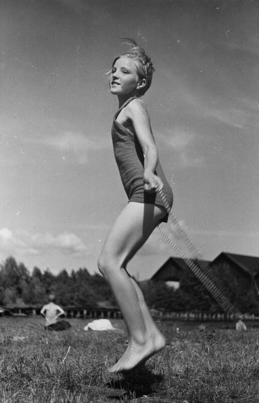 Jente som hopper tau i sommervarmen, 1938. Foto: B. Bjerke/Mjøsmuseet. (Foto/Photo)