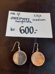 Lilje Ørepynt, hengende, medium. kr 600,- (Foto/Photo)