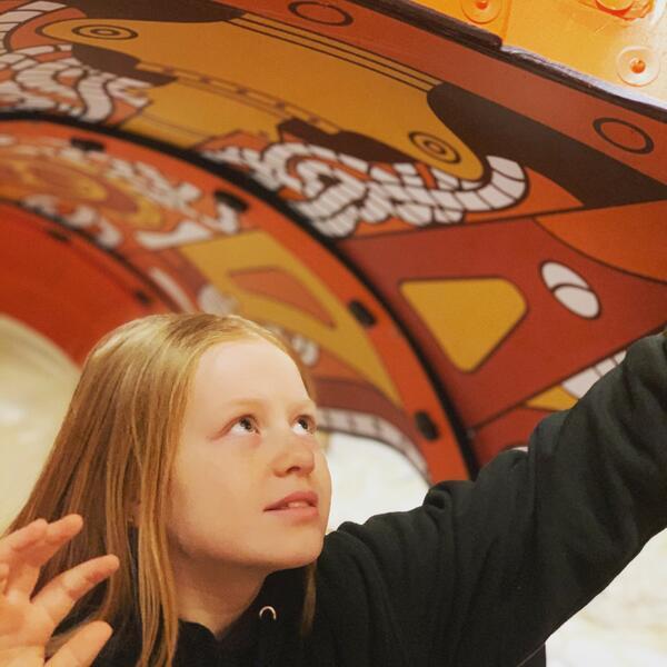 Barn som leker i ubåten i museumsutstillingen. Foto/Photo