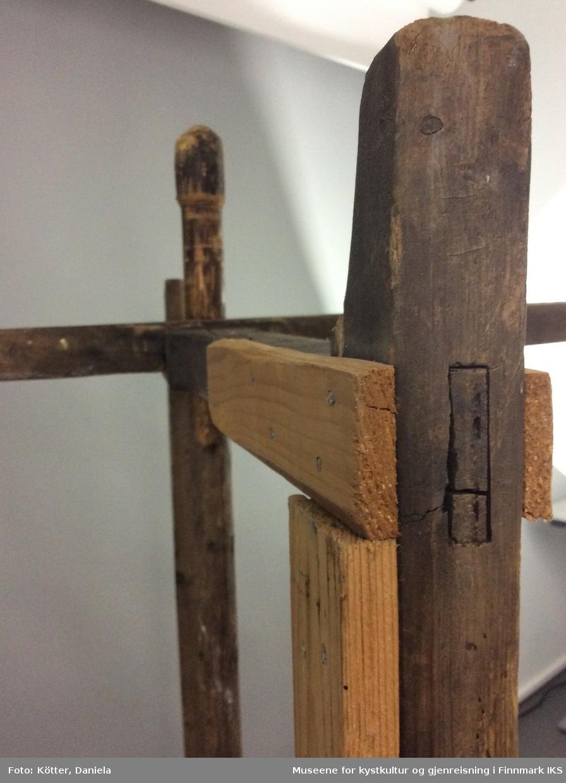 Rennebommen består av to rektangulære rammer som står i rett vinkel til hverandre og som er satt på en vertikal aksel. Rennebommen mangler fot som kan være to planker som er sammenføyd over kryss. Objektet ble reparert tidligere men bærer nå preg av et langt liv med transport og bruk.