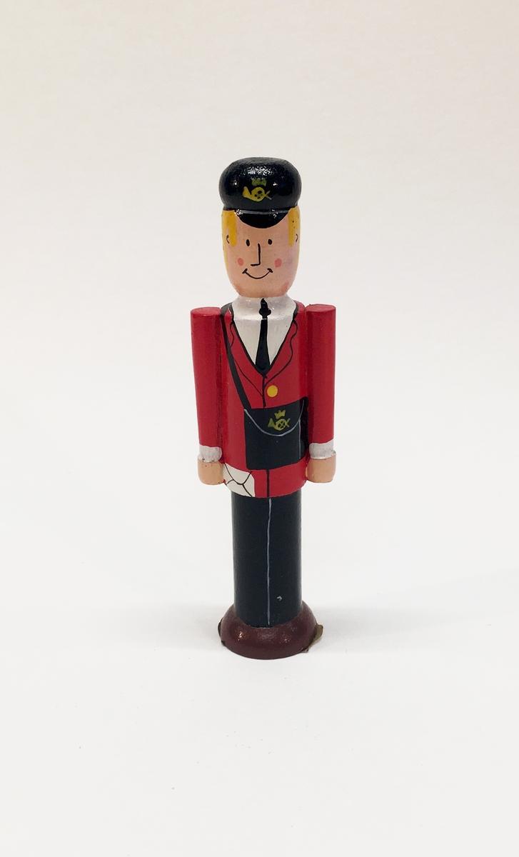 Figurin i trä föreställande en brevbärare med dansk brevbäraruniform, mössa och väska.