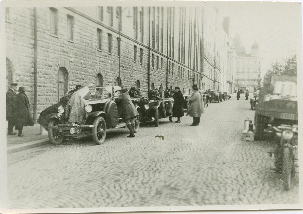 Startplatsen i Stockholm under biltävling.  Fotografi från John Neréns motorhistoriska samling.