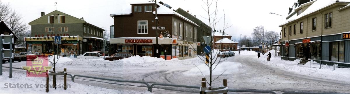 Riksveg 283 Hokksund, Øvre Eiker kommune i Buskerud. Sentrum med dagligvarer, butikker og kafè. Desember 1985.