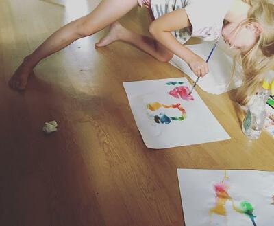 Bilde av et barn som maler på tegneverksted ved Anno Klevfos industrimuseum.. Foto/Photo