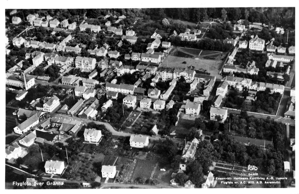 Flygfotografi över Gränna med torget i centrum.
