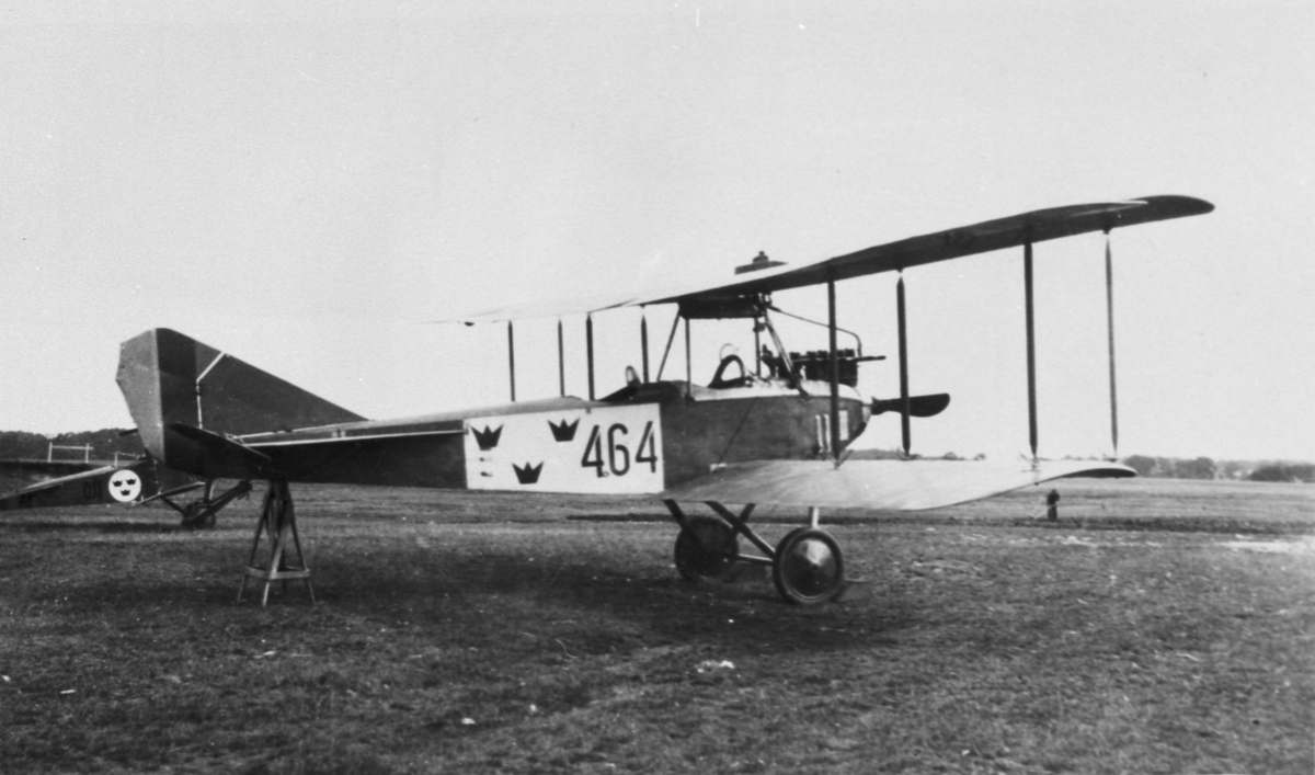 Flygplan FVM Allbatros 120 märkt 464 står på en bock på flygfältet på Malmen.