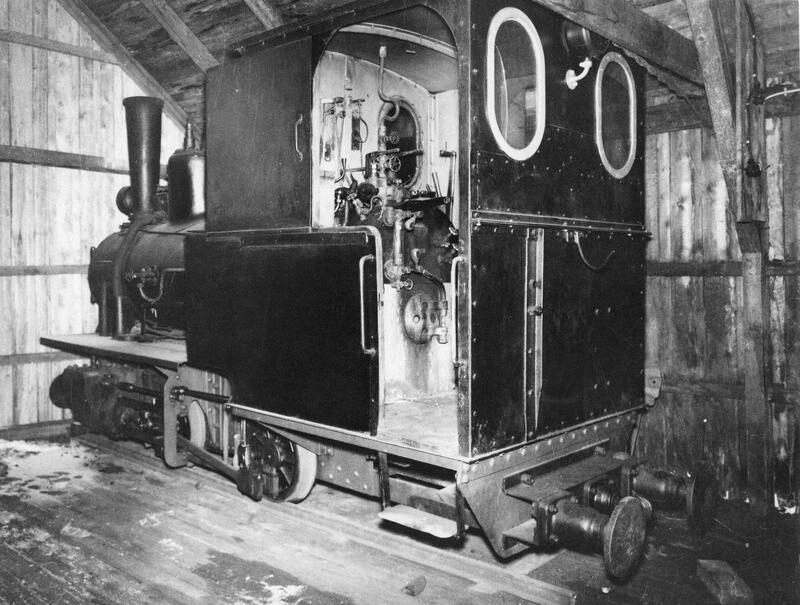 """Damplokomotivet """"Bjørkaasen"""" Type: Orenstein & Koppel. Byggeår: 1904 står i lokstallen ved Bjørkaasen Gruber. Foto: Ballangen museum. (Foto/Photo)"""