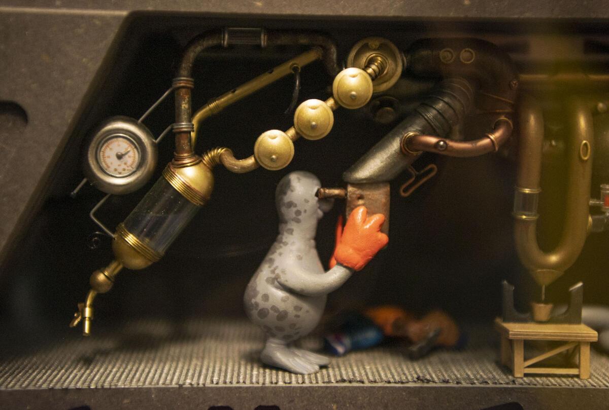 En sel holder utkikk om bord på modellen av FF Emily. (Foto/Photo)