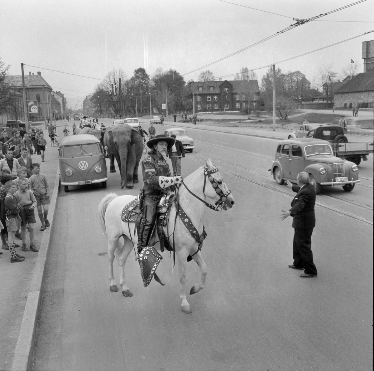 Cirkus Berny i byen. Buffalo Bill i Prinsens gate og på Elgeseter bru