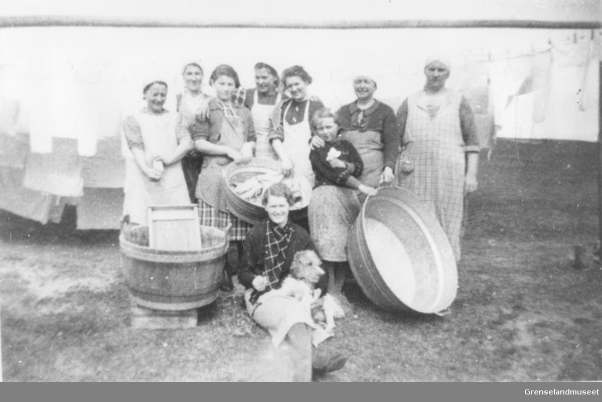 Ved oppstarten av Bugøynes Helselag 1939. De første klesplaggene vaskes. Bak f.v. Johanna Dørmenen, Mathilde Buljo, Randi Pleym, Klara Abrahamsen, Helga Berg, Liv Finnanger, Alida Finnanger, Olga Abrahamsen. Foran sitter Gudrun Finnanger.