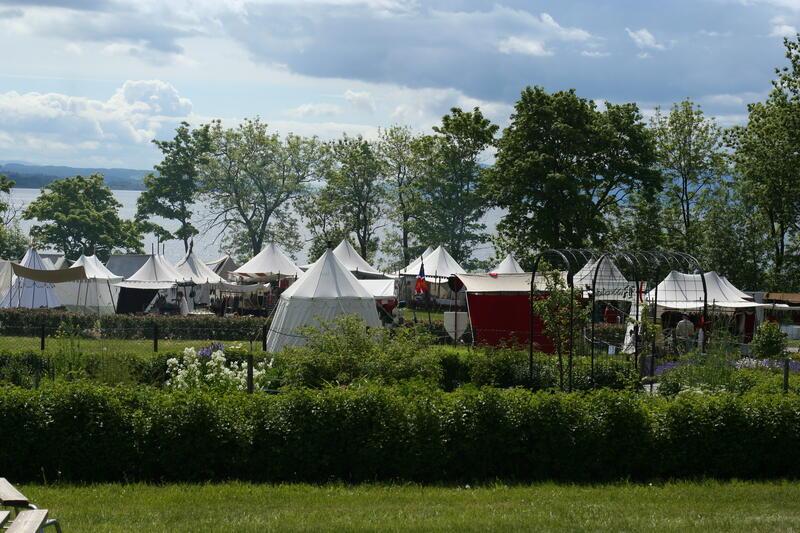 Middelalderleir nedenfor Urtehagen, med Mjøsa i bakgrunnen.. Foto/Photo
