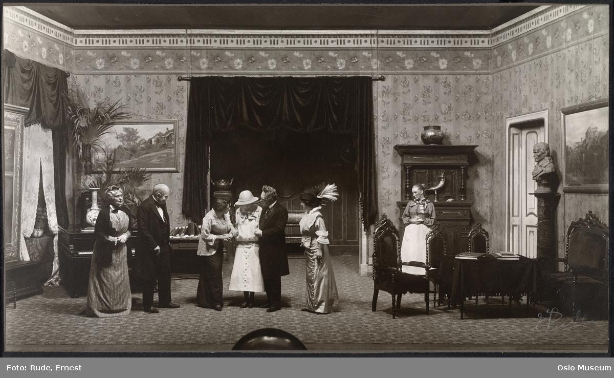 """Nationaltheatret, forestilling, """"Geografi og kjærlighet"""" av Bjørnstjerne Bjørnson, scenebilde, kvinner, menn, skuespillere"""