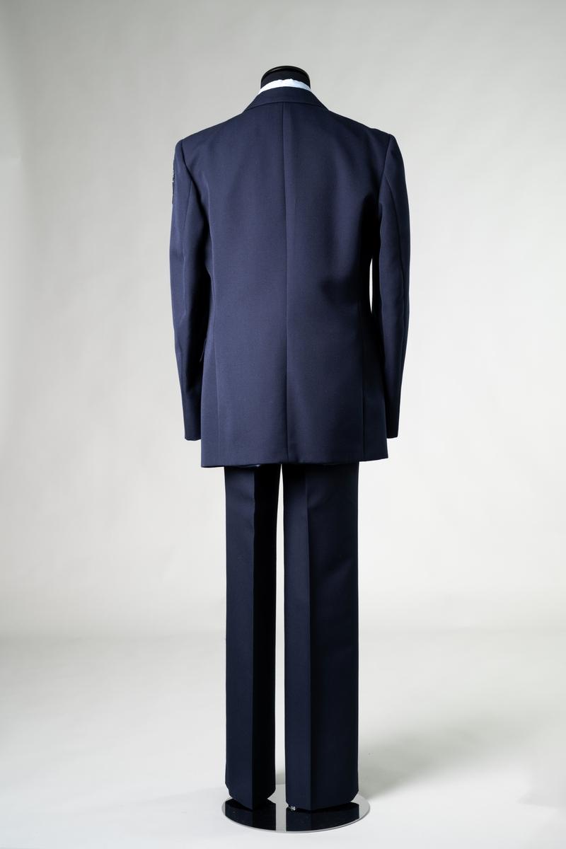 Uniform, stationsuniform, modell vinter, för personal vid Brandförsvaret, Jönköpings kommun. Uniformen består av ytterrock, kavaj, byxa, bältesspänne, skjorta, slips, skärmmössa och båtmössa.  Samhör med: JM 56717:1-8.  Objektsbeskrivningar i underposterna.  Se vidare Historik.