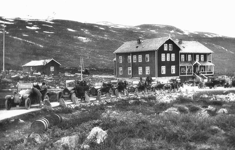 Turister som passerer Grotli Hotel på overlandstur mellom Stryn og Geiranger, Skjåk,  1924. Foto: Pål Kluften / Skjåk Historielag / Gudbrandsdalsmusea (Foto/Photo)