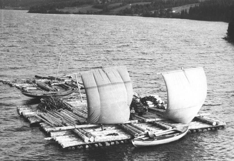 Foto av tømmer bundet sammen til flåter med seil. (Foto/Photo)